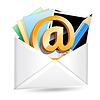 Umschlag mit E-Mail-Zeichen, Fotos und Bleistift