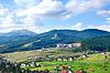 Piękny zielony krajobraz górski z drzew w | Stock Foto