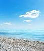 Steine auf Strand, Meer und blauer Himmel. Krim, Ukraine | Stock Foto
