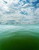 Pochmurne niebo nad morzem z zielonej tonacji | Stock Foto