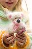 ID 3483542 | Плюшевый мишка в руках | Фото большого размера | CLIPARTO