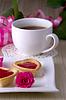 ID 3540258 | Urlaub Törtchen mit Marmelade in der Nähe Tasse Tee | Foto mit hoher Auflösung | CLIPARTO