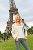 Каникулы в Париже. Счастливая девушка возле Эйфелевой башни | Фото