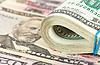 Folded Dollar-Scheine von Gummi auf Geld gewickelt | Stock Foto