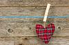 Herz über hölzerne Hintergrund hängen | Stock Foto
