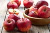 Miska czerwonych jabłek na drewnianym stole | Stock Foto