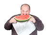 뚱뚱한 사람이 수박을 먹고 | Stock Foto