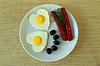 Jajka sadzone z kiełbasą i oliwkami | Stock Foto
