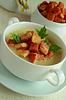 Gorąca zupa z grzankami w misce | Stock Foto