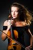 Frau mit Geige in Dunkelheit | Stock Foto
