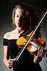 Женщина со скрипкой в темноте | Фото