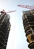 高层建筑施工现场的起重机 | 免版税照片