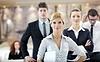 女子站在企业与她的工作人员会议 | 免版税照片