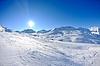 Высокие горы под снегом зимой | Фото
