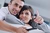 Relaxed junge Paar vor dem Fernseher zu Hause | Stock Photo