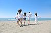 ID 3412816 | Группа счастливых молодых людей веселится на пляже | Фото большого размера | CLIPARTO