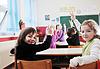 Niños felices con el maestro en el aula de la escuela | Foto de stock