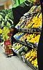 Свежие фрукты и овощи в супермаркете | Фото