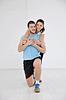 快乐的年轻夫妇的健身锻炼和乐趣 | 免版税照片
