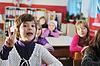 Grupo de niños felices en la escuela | Foto de stock