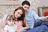 Счастливый молодой семьи на дому | Фото