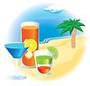Strand mit Cocktails und Palmen