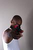 Junge afrikanische Mann zeigt gun | Stock Foto