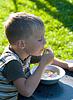 Chłopiec zjada poziomka | Stock Foto