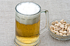 Piwo i orzeszki pistacjowe | Stock Foto