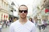 ID 3498277 | Człowiek na ulicy, w białej koszuli i ciemnych okularach | Foto stockowe wysokiej rozdzielczości | KLIPARTO