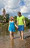 Piękna dziewczyna spaceru z młodych, przekonany facet | Stock Foto