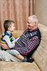 Opa mit Enkel spielen | Stock Foto