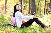 Piękna młoda matka i jej córka patrząc w górę | Stock Foto