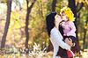 Piękna młoda matka trzymając córkę w | Stock Foto
