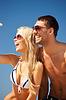 Glückliche Paar mit Sonnenbrille am Strand | Stock Photo