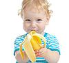 Szczęśliwy całkiem dziecko jedzenia banana. zdrowa żywność | Stock Foto