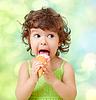 ID 3657478 | Kleine lockiges Mädchen mit Eis auf bunten | Foto mit hoher Auflösung | CLIPARTO