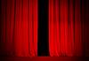 剧院或戏院舞台上的红色幕布微张   免版税照片