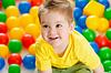 Słodkie dziecko lub dziecko gra kolorowe kulki widok z góry | Stock Foto