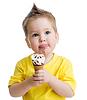 아이가 아이스크림을 먹고 | Stock Foto