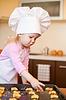 ID 3659268 | Kleines Mädchen bereitet Cookies auf Küche | Foto mit hoher Auflösung | CLIPARTO