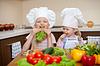 Dwie dziewczynki przygotowanie zdrowej żywności i mają fu | Stock Foto
