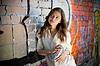 ID 3659648 | Nastoletnia dziewczyna portret z spray blisko graffiti | Foto stockowe wysokiej rozdzielczości | KLIPARTO