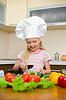 Little girl przygotowanie zdrowej żywności w kuchni | Stock Foto