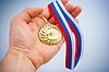 ID 3659959 | Złoty medal z symbolem uzgadniania na dłoni | Foto stockowe wysokiej rozdzielczości | KLIPARTO
