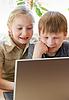 Мальчик и девочка школе портрет, глядя на ноутбук | Фото