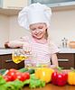 Dziewczynka z oliwek przygotowanie zdrowej żywności na | Stock Foto