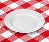Biały pusty talerz na czerwony obrus bawe | Stock Foto