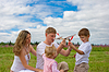 Счастливая семья запуск модели игрушки самолета вместе | Фото
