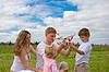 Happy family startet Spielzeugluftfahrzeug Modell zusammen | Stock Photo